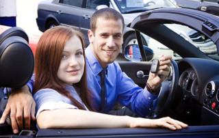 autokredit autofinanzierung paar im cabrio